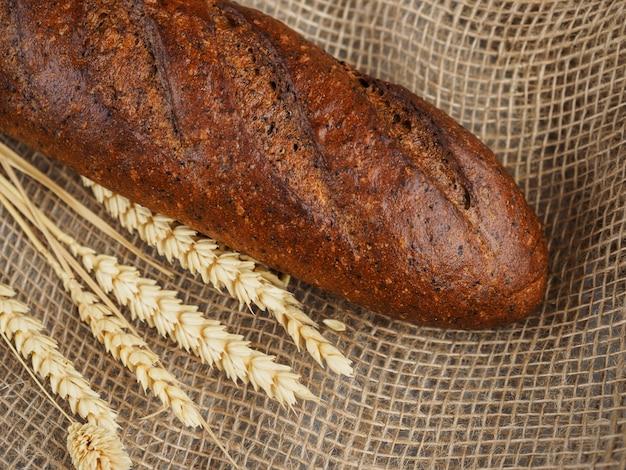 Brood van geurig roggebrood op jute