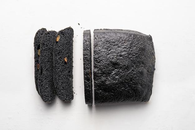 Brood van houtskoolbrood en mes