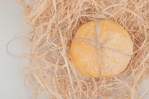 Brood van klein hamburgerbrood in touw op witte ondergrond