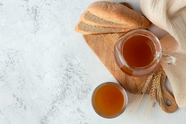 Brood verfrissend kwas op een grijze ruimte
