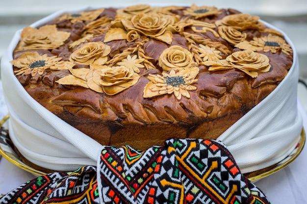 Brood, versierd met bloemen van het deeg