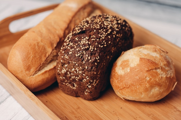 Brood volkoren zelfgemaakte taarten houten dienblad ontbijt.