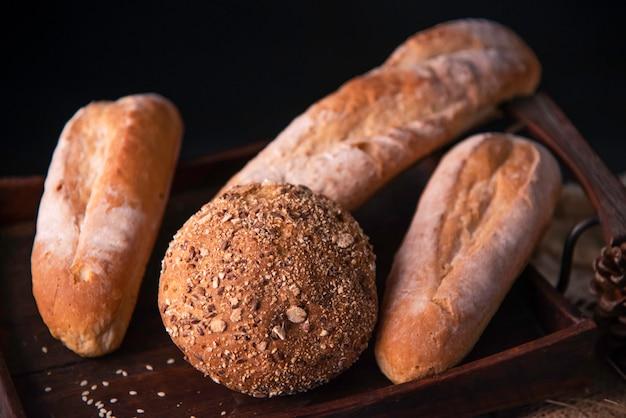 Brood wordt op oude houten vloer geplaatst.