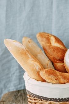Broodassortiment van stokbrood en roggebrood. broodmandclose-up.