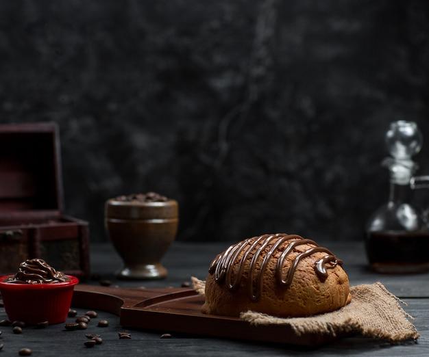 Broodbroodje met chocosaus bovenop en chocolademousse