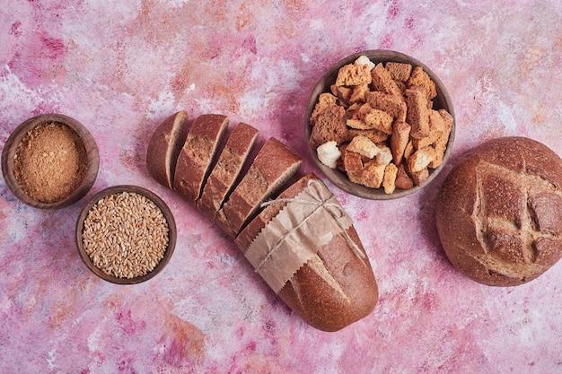 Broodbroodjes en crackers op roze lijst.