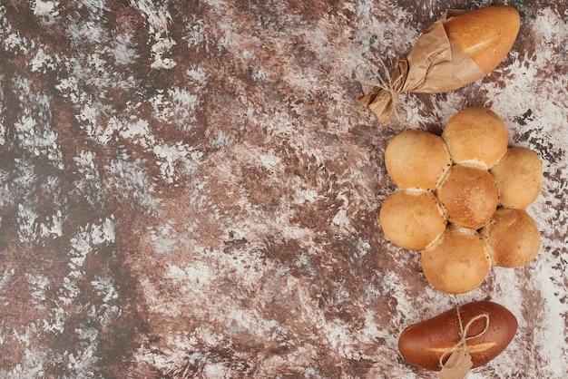 Broodbroodjes geïsoleerd op marmer.