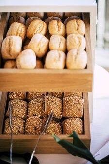 Broodbroodjes in overvloed tentoongesteld bij lattenbodem in hotel of supermarkt te koop