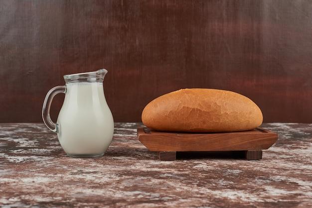 Broodbroodjes met een kruik melk.