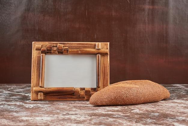 Broodbroodjes op een marmeren achtergrond met een leeg frame om prijzen te schrijven.