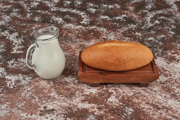 Broodbroodjes op het marmer met melk.