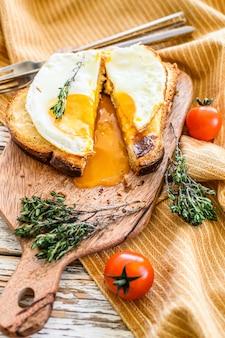 Broodje croque madame gesneden. franse keuken. bovenaanzicht