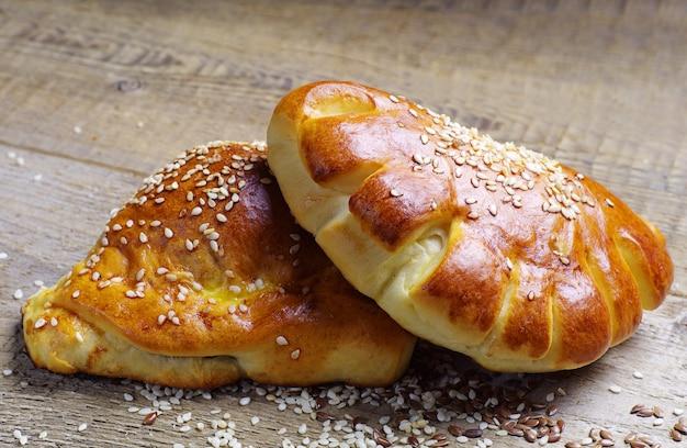 Broodje en croissant close-up op een houten tafel