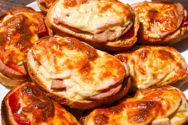 Broodje gebakken in de oven kaas en worst op een stukje brood