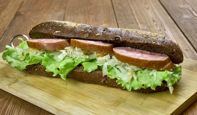 Broodje hollandse worst en zuurkool, close-up