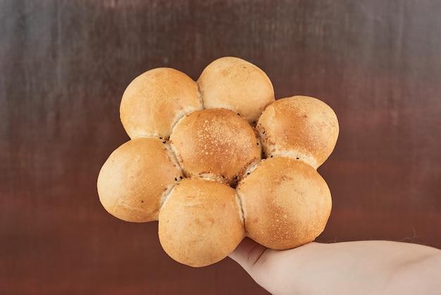 Broodje in de hand van de bakker.