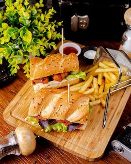 Broodje kipnuggets geserveerd met frietjes