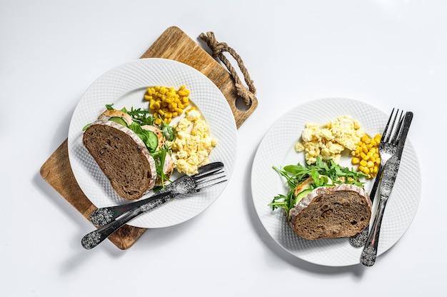 Broodje met kipfilet, rucola, omelet en mais