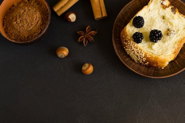 Broodje met rozijnen, kaneel en noten, op een grijze achtergrond. bovenaanzicht.