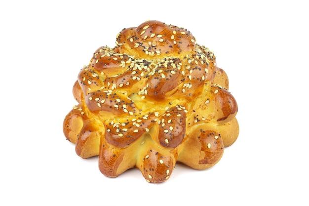 Broodje met sesamzaadjes en papaver op witte achtergrond
