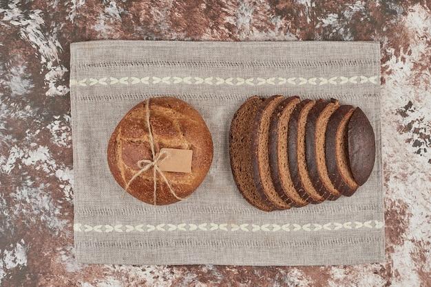Broodje op marmer op een stuk handdoek.