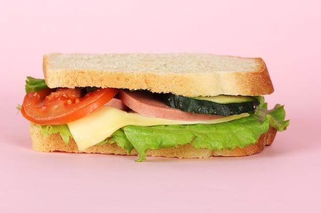Broodje op roze achtergrond