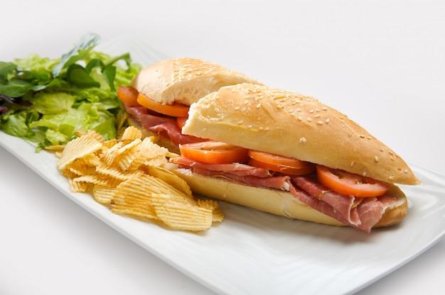 Broodje serranoham vergezeld van aardappelen