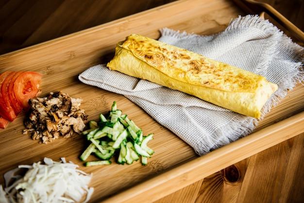Broodje shoarma t gemaakt van pitabroodje, falafel. traditionele midden-oosterse snack op een houten tafel
