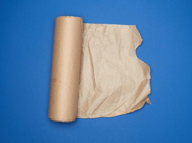 Broodje van bruin perkamentpapier op een blauwe achtergrond, exemplaarruimte