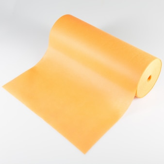 Broodje van geïsoleerde oranje verpakkende folie
