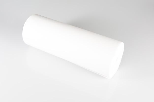 Broodje van witte verpakkende folie op witte achtergrond