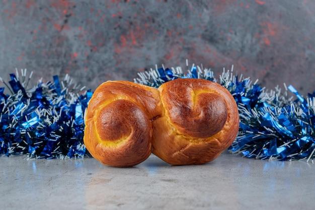 Broodje voor blauw klatergoud op marmeren lijst. Gratis Foto