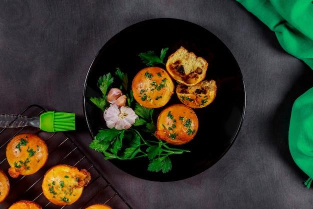 Broodjes bladerdeeg met champignons en knoflook close-up op een houten bord