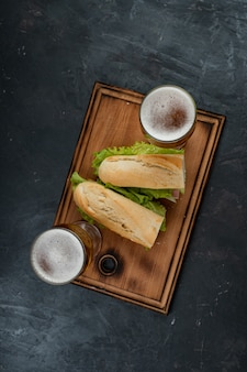 Broodjes en bier op een houten tafel