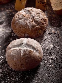 Broodjes geplaatst op hout zwart