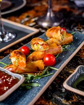 Broodjes geserveerd met tomaten, rucola en saus 1