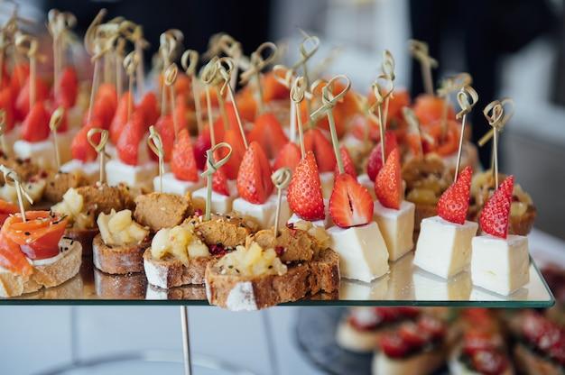 Broodjes, hapjes en cakes op de feesttafel. een breed scala aan snacks. ook voor veganisten