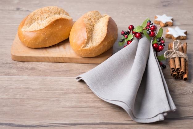 Broodjes, linnen servet en kerstversiering
