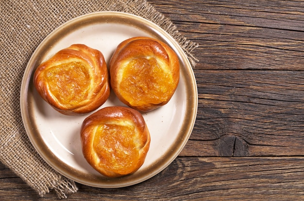 Broodjes met abrikozenjam op een bord op tafel