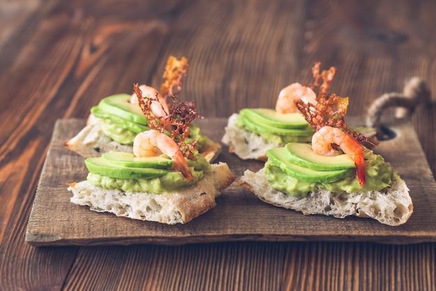 Broodjes met avocado en garnalen
