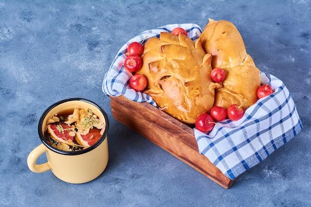 Broodjes met drankje op een houten bord op blauw