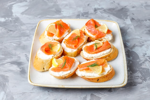 Broodjes met gerookte zalm en roomkaas en dille.
