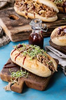 Broodjes met getrokken varkensvlees