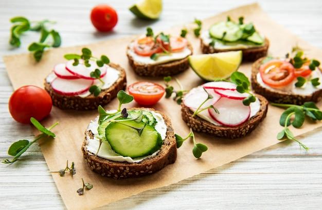 Broodjes met gezonde groenten en microgreens