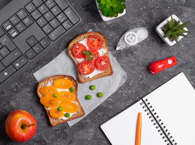 Broodjes met groenten en roomkaas op het bureau