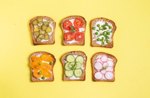 Broodjes met groenten en roomkaas