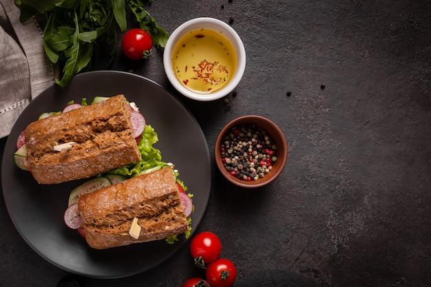 Broodjes met groenten voor de lunch op een zwarte achtergrond