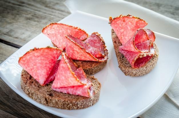 Broodjes met italiaanse salami