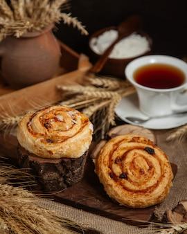 Broodjes met jam en gedroogde vruchten