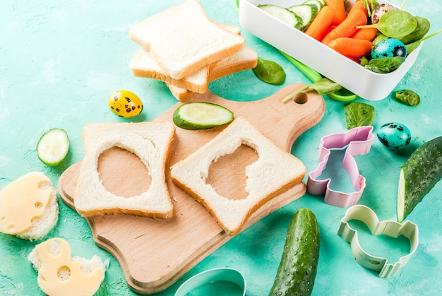 Broodjes met kaas en verse groenten op lichtblauwe tafel
